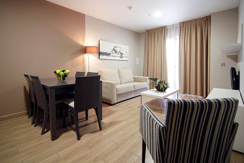 Apartamento 2 habitaciones para 4 personas aparthotel for Comedor 2 personas